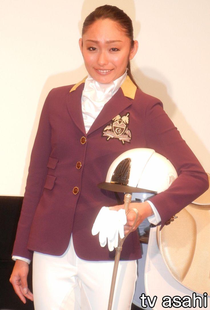 元フィギュアスケート世界選手権王者でプロスケーターの安藤美姫(29)が5日、アキバシアター(東京・千代田区)で行われたフランス映画「世界にひとつの金メダル」(クリスチャン・デュゲイ監督、6月17日公開)の大ヒット祈願イベントに出席した。エリート弁護士を辞め、馬術競技でオリンピック出場を目指したフラン… / 美姫、真央との共演「楽しみ」 #安藤美姫 #映画 #イベント
