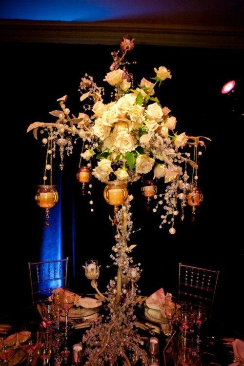 Centro de mesa con rosas y velas inspirado en Britney Spears - Foto: Floramor Studios