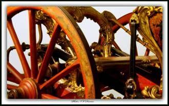Détail de l'arrière d'une berline. - 52) HABIT DE LIVREE DANS LA MAISON CIVILE DU ROI: Ainsi, en 1741, le coût des habits sans galons des garçons du Garde Meuble est de 4 510 livres.. et de 20 000 livres avec ! Alors que les prix des galons de soie sont calculés à l'aune, les galons d'or et d'argent ont un prix fixé à l'once. En 1657, le prix d'habit complet oscille entre 407 livres pour un page et 172 livres pour un aide palefrenier. La différence est encore plus nette pour les manteaux…