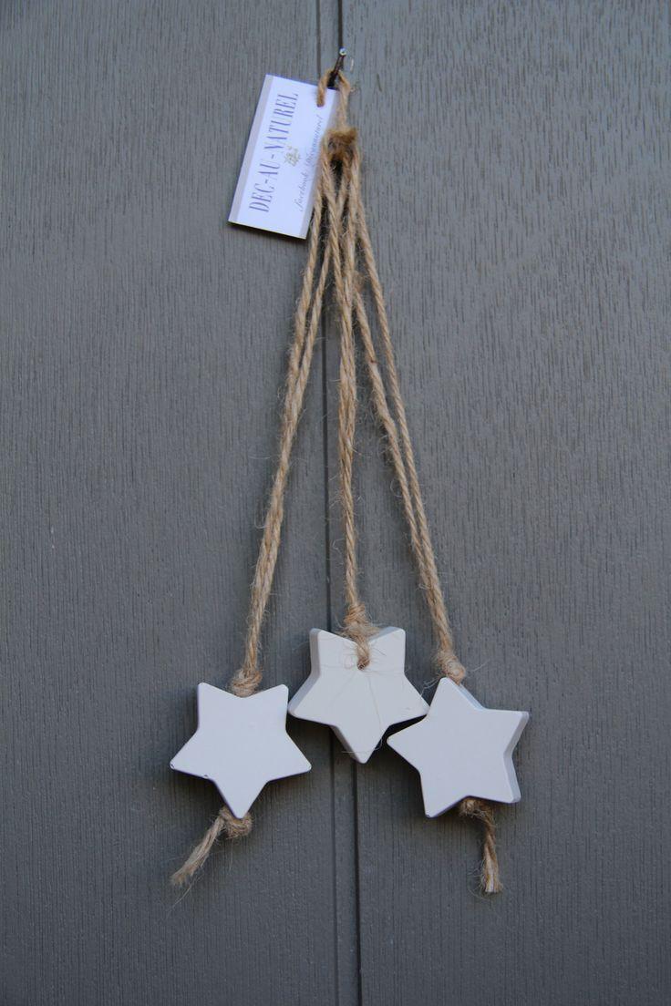 Pour un style simple, un ensemble de trois petites étoiles en plâtre blanches parfumées légèrement et une ficelle rustique. A suspendre dans le sapin de Noël ou n'importe où - 16481221
