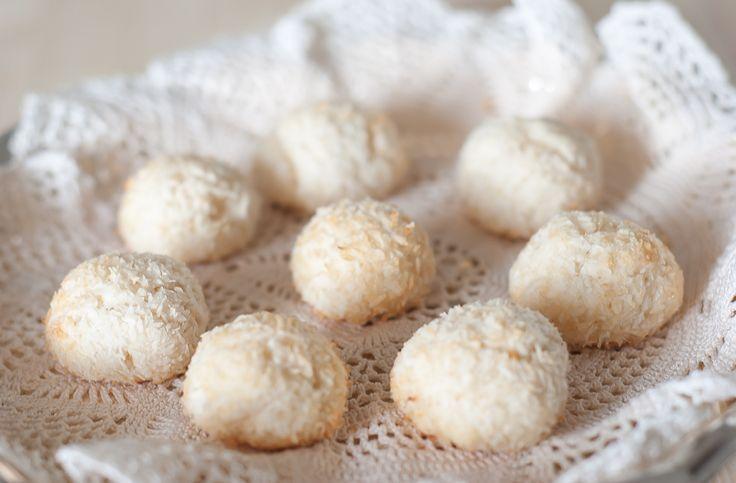 Questi biscottini sono speciali: innanzitutto fanno sognare luoghi esotici e mete lontane, dato che contengono il cocco. Inoltre sono velocissimi da fare, facili e...vegani! Non contengono uova, burro o derivati del...