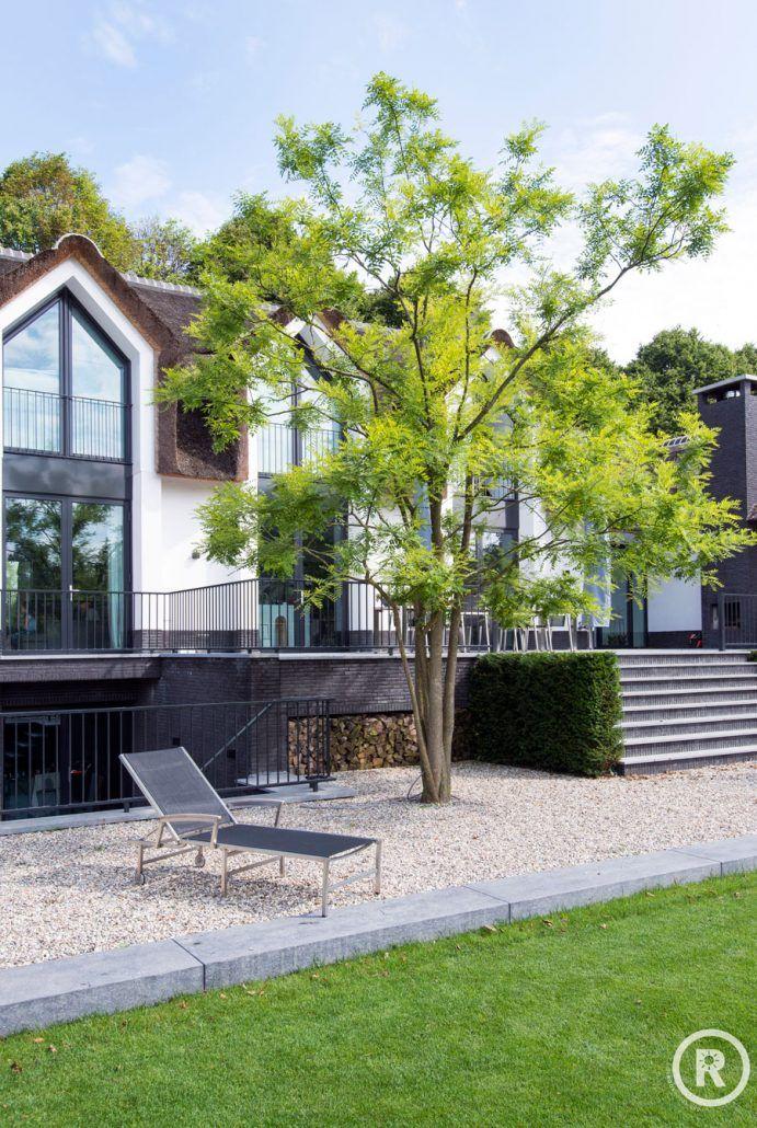 Tuinideeën De Rooy Hoveniers klassieke tuin villa tuin meerstammige boom terras Waspik