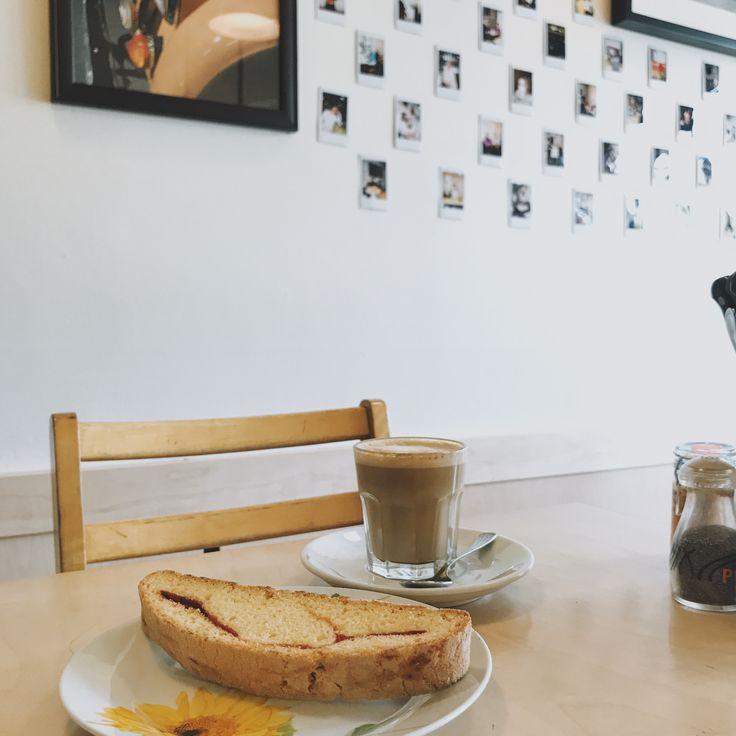 Latte &a biscotti LE CAFÉ CRÈME MTL QC