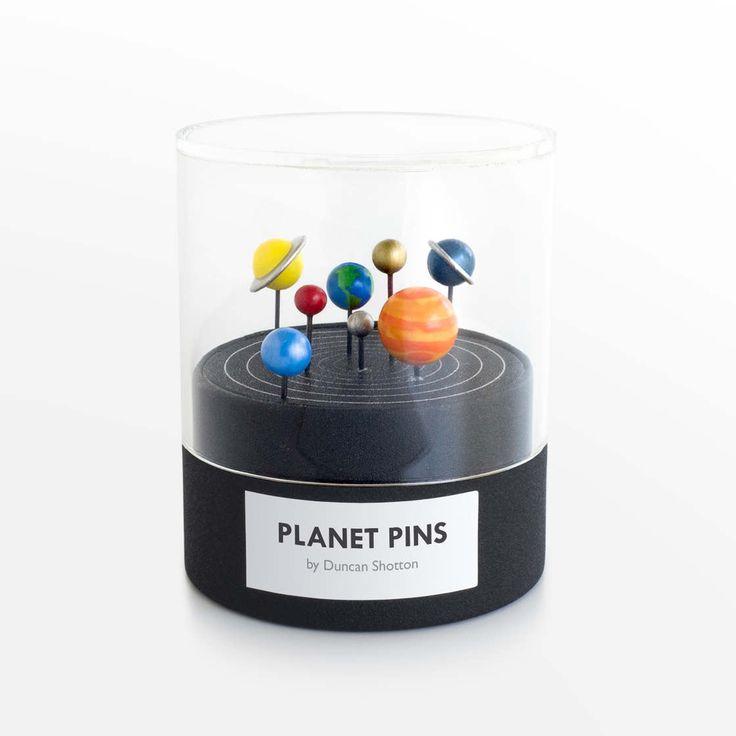 Dans la lignée de l'excellent projet Little Planet Factory,le Système Solaire imprimé en 3D, voici aujourd'hui les Planet Pins, d'adorables épingles en fo