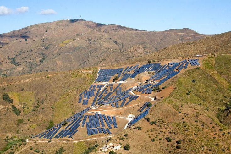 Una planta fotovoltaica solar cerca de Molinejo, Málaga. El fotógrafo valenciano Ignacio Evangelista explora en esta serie el impacto visual que algunas de estas energías limpias tienen sobre el paisaje.