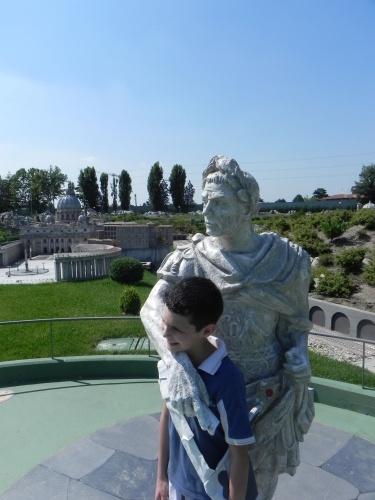 Simone è un grande appassionato di storia dell'Antica Roma! Eccolo insieme al suo mito Giulio Cesare!