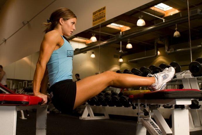 tricepsz, tricepsz edzés, saját testsúlyos edzés, edzés otthon, női edzés, edzésterv nőknek, tolódzkodás, fekvőtámasz, szűk fekvőtámasz