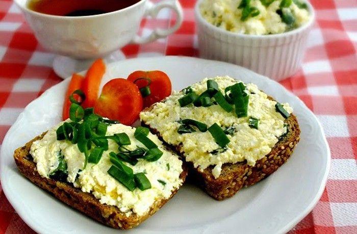 Rychlé, zdravé snídaně. Tvarohová pomazánka s křenem. Čerstvé pečivo a chutná pomazánka = super snídaně.
