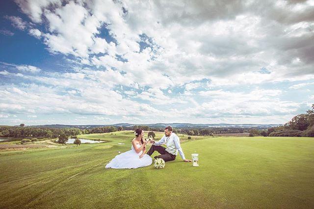 Na skvělé svatbě Aji a Míry v Písku jsme si zašli při focení vypít sklenku vína na green osmnácté jamky (PAR 5 HCP11). Byl odtud parádní výhled... #svatba #wedding #svatebnifoto #weddingphoto #svatebnifotograf #weddingphotographer #czechwedding #czech #czechphotographer #czechweddingphotographer #nevesta #zenich #pisek #kestrany #golf #vino #green #golfresortpisek #18jamka #kdyzjepracezabava #mamsvojipracirad #fotiltomilan