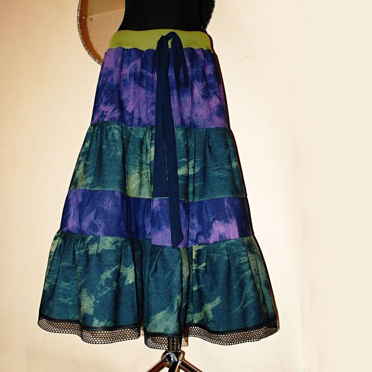 MAXI+SUKNĚ+RIFLOVÁ+BATIKA+S+KRAJKOU+VEL:+M+-+XXL+Krásná,+pevná,+teploučká+maxi+sukně+na+zimu+z+pevné+batikované+džínoviny+-+kombinace+fialovo+modré+++zelenomodré+batiky.+Sukni+jsem+kompletně+navrhla+a+ušila+z+pevné+kvalitní,+čistě+bavlněné+džínoviny+-+bez+elastanu!!+Má+čtyři+kanýry,+na+střídačku+jeden+fialovo+modrý+a+zelenomodrý.+V+pase+je+našitý+stejnozelený+...