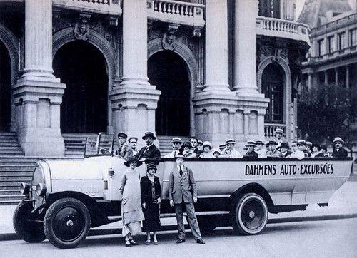 CARRO DE TURISMO - A foto de hoje mostra um carro turístico em frente ao Teatro Municipal. Um grupo elegante está pronto para um passeio da Dahmens Auto-Excursões. Por que será que o Rio de Janeiro não tem ônibus turísticos de dois andares, panorâmicos, como os que existem nas maiores cidades do mundo? - Fotolog