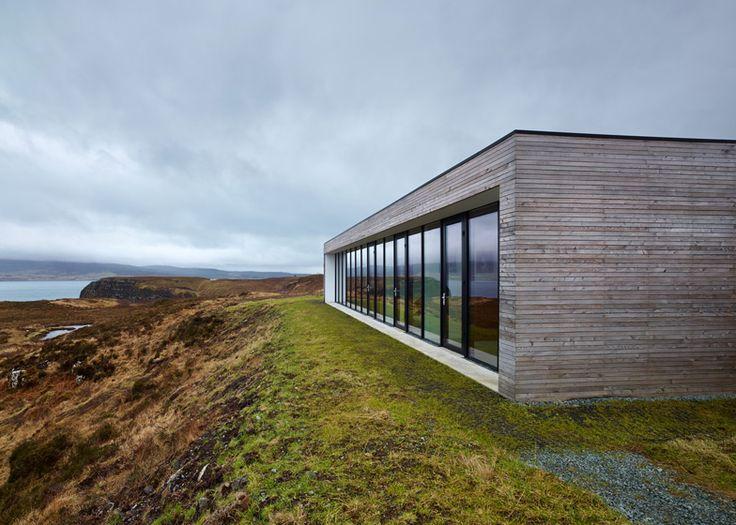 Cette maison située sur une falaise écossaise, sur la côte de l'île de Skye, a été conçue par le studio d'architecture Dualchas en respectant l'environnement alentour : elle mêle bois de mélèze avec la pierre traditionnelle écossaise.