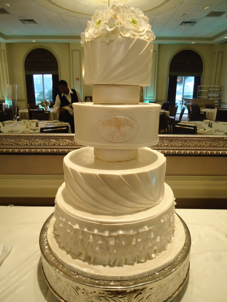 TIER Luxury Cakes: This elegant wedding cake uses spacers ...