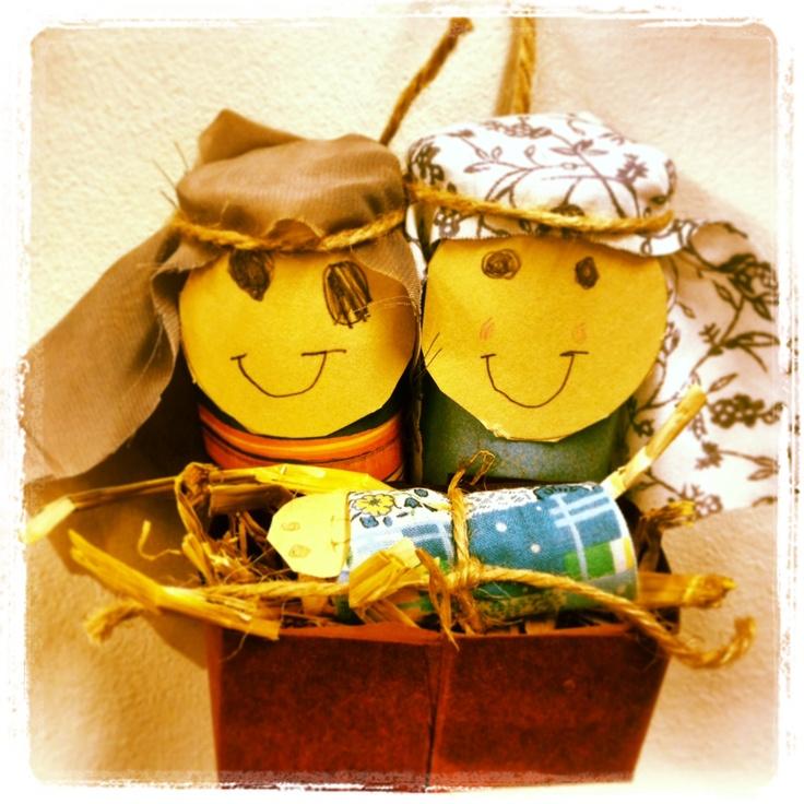 Jozef en Maria van wc rollen, papier en stof. Het kindje Jezus van een kurk, papier en een restje stof. Zo schattig!