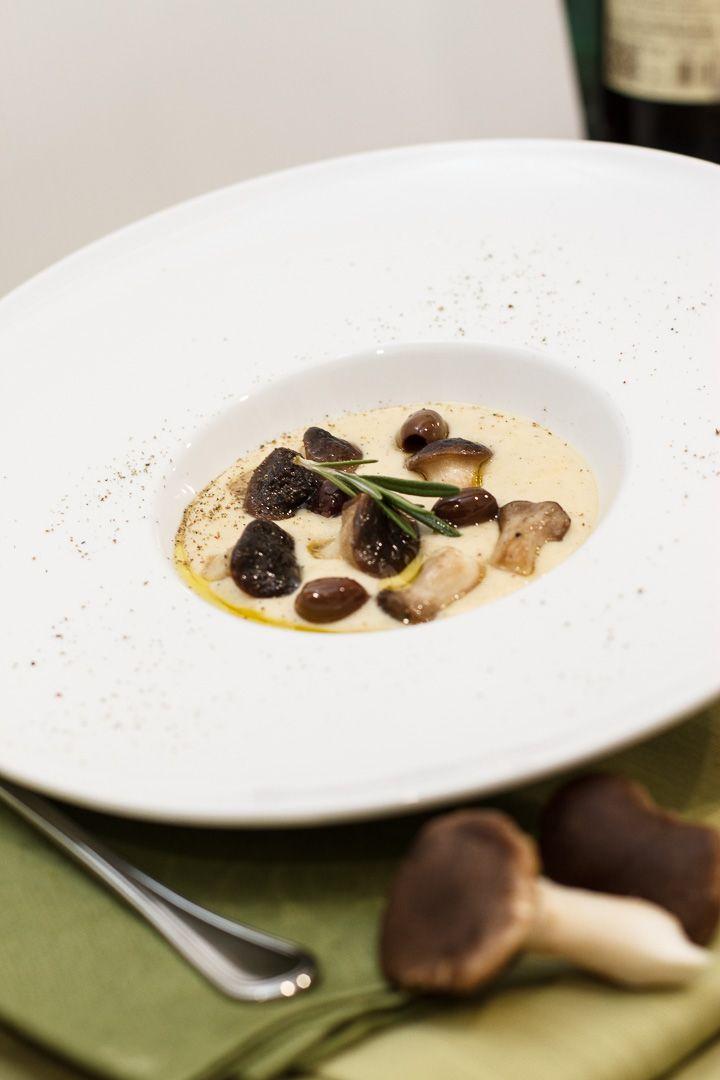 vellutata di patate con funghi carboncelli e olive nere