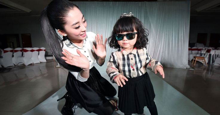 A toddler debuted her new designer clothes at a special birthday fashion show at a hotel in Taiyuan, capital of Shanxi province.