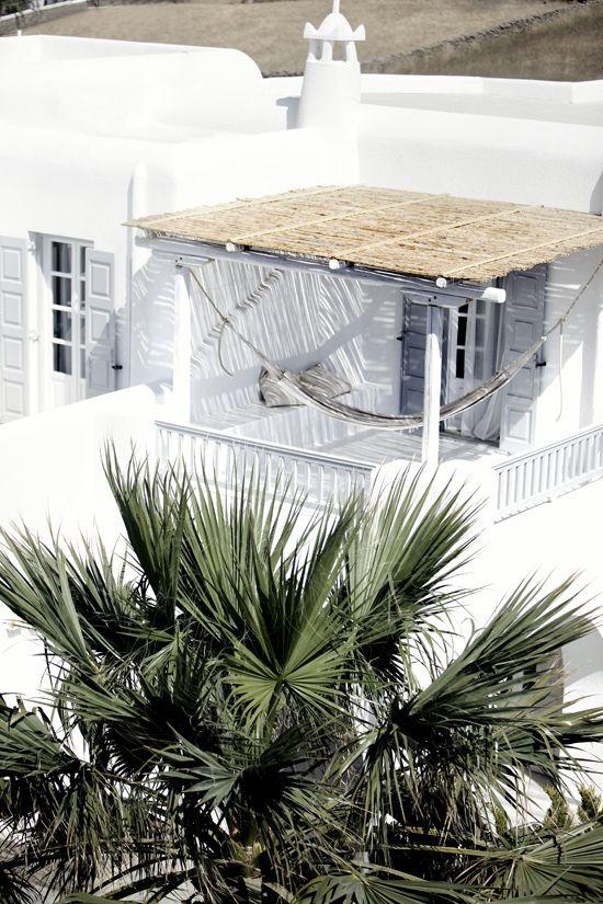 debajo del balcón del altillo... me gusta el techo simple de bambú y la hamaca ahí....