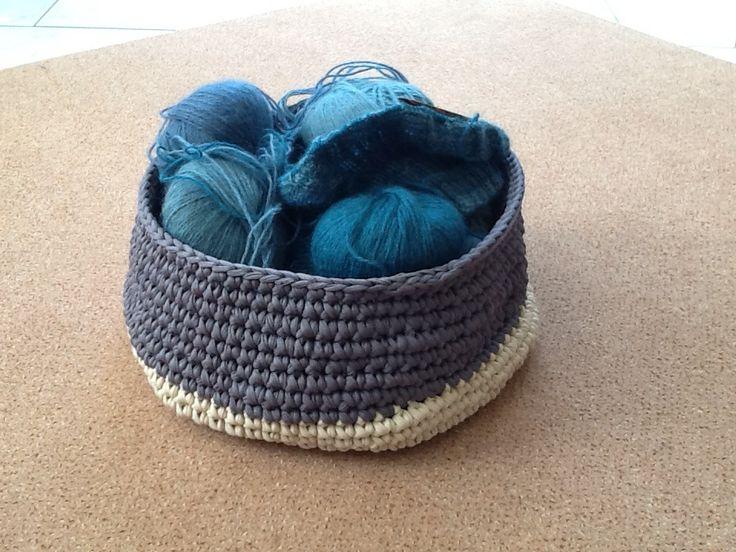 Een mand van textielgaren gehaakt, met het volgende breiwerk er al in. Zomer 2015.