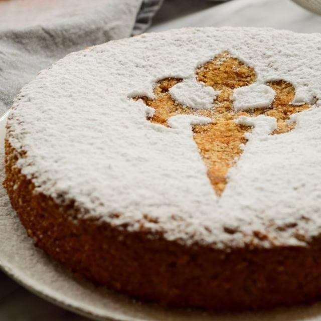 Tarta de Santiago Vegana con un sustituto ingenioso para el huevo y sólo 2 cucharadas de aceite en vez del 120 ml que llevan las otras recetas! Como siempre, mejor con un chupito de moscatel! Tenéis el enlace a la receta en mi perfil! -------- Booze and cake - that´s my kind of recipe! Spanish Almond Cake made with #aquafaba and served with a shot of moscatel! Link to recipe in profile, then click on the British flag in the menu to get to the English recipe. . #vegano #comidavegana #tarta…