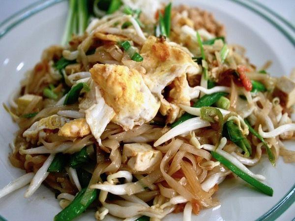 タイ料理特有の香草の香り、辛さ、酸っぱさが苦手な方でも美味しく食べれるパッタイというタイ料理を紹介します。パッタイとは米からできた平麺を炒めた麺料理で、タイでは日本の焼きそばのように大人から子供まで幅広く好まれています。
