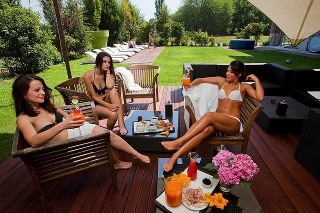 Aperitivi e relax tra amici in Cascina, circondati dal verde della natura by Cascina Caremma