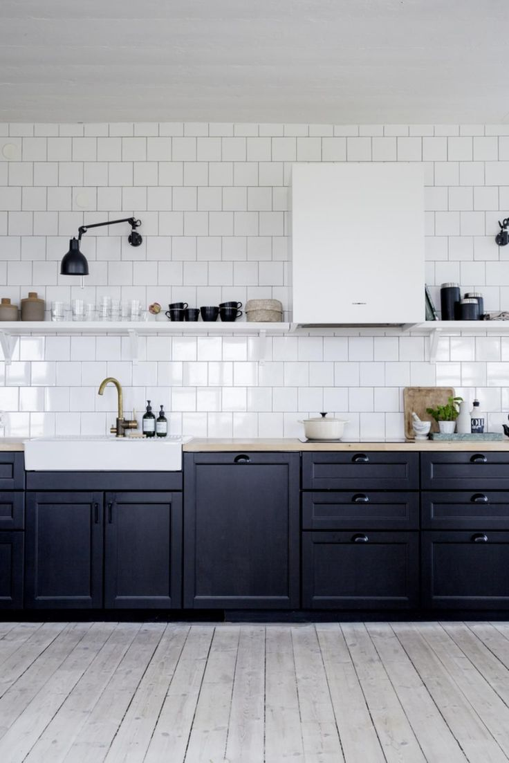 Black and white summerhouse kitchen - via Coco Lapine Design blog