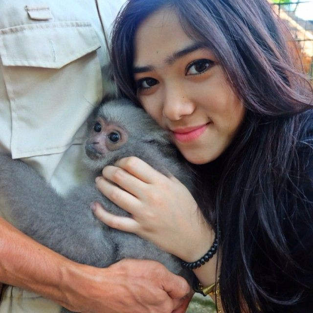 Thank you @IsyanaSarasvati the remarkable soloist for spending time with our cuddly furry friends at Bali Zoo.  #balizoo #bali #zoo #owajawa #silverygibbon #celebritygoeswild #celebrity #srsvt #animalencounter #wildlife #instagood #love (at BALI ZOO)  Thank you Isyana Sarasvati the remarkable soloist for spending time with our cuddly furry friends at Bali Zoo.