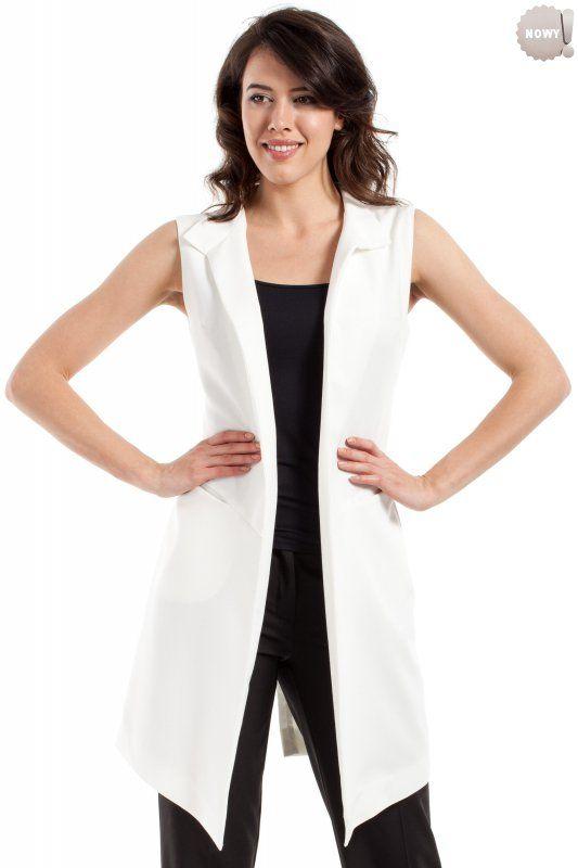 Nadająca efektowny charakter wielu stylizacjom, taliowana kamizelka ze stójką, bez zapięcia, z rozcięciem z tyłu i kieszeniami po bokach. #żakiet #kobieta #moda #trendy #biel