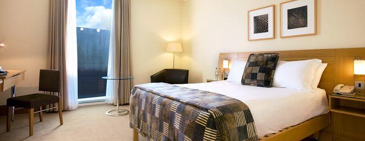 Habitación que ofrece acceso a la sala de estar ejecutiva, que sirve desayuno continental y refrigerios de cortesía. WiFi y escritorio. Relájese en el amplio sillón o refrésquese en el lujoso baño con azulejos de mosaico.