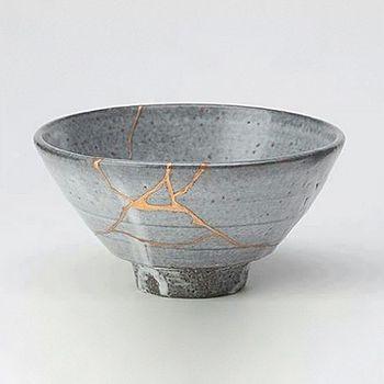 金接ぎという日本の陶器の修復手法で修復された器。傷をなくすのではなくわざと目立たせてあたかも柄のように演出させているのがすごい。