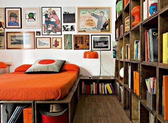 Modernes Schlafzimmer Mit DIY Bett Aus Europaletten Und DIY Bücherregal