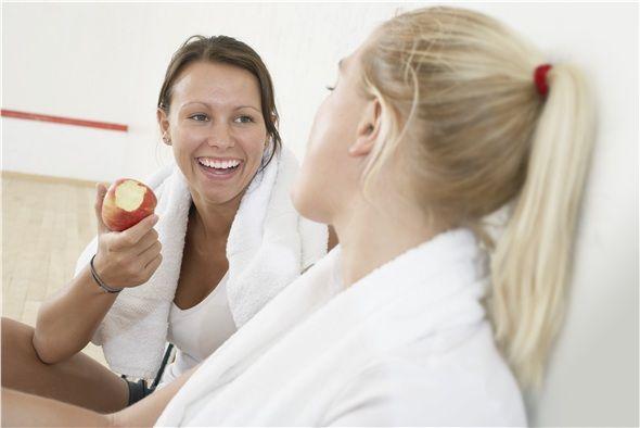 Elma: Elma lifli bir meyve olduğu için kolesterol ve yağın birikmesine engel olur. Kan şekerinizi dengelemekle birlikte kolesterolü normale indirir. Kabızlığı giderir ve sindirimi kolaylaştırır.
