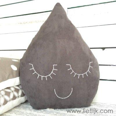 Dit schattige drupje maakt een woon- of kinderkamer helemaal af!  Het kussen is gemaakt van een heerlijk zachte suède-achtige grijze stof en heeft dromerige gesloten oogjes en een mondje, genaaid met lichtgroen katoendraad. Verkrijgbaar op www.lieflijk.com