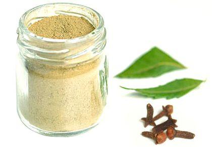 Szegfűszeges-agyagos fehérítő fogpor - Hozzávalók:      2 evőkanál fehéragyag     1 teáskanál szódabikarbóna     1 teáskanál őrölt szegfűszeg     1 teáskanál jázminpakóca levél (stevia) por     3 csepp szegfűszeg illóolaj (elhagyható)
