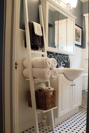手洗い場のスペースが狭い時は、立て掛け式のラダーシェルフでスペースを上手に使うのもオススメですよ。