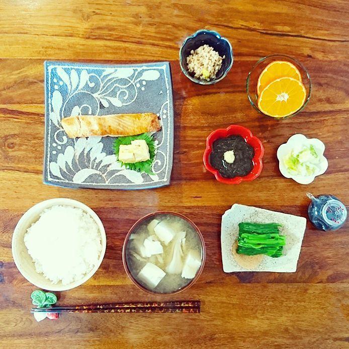 平常運転の朝ごはん  食べたいもの並べたら ずいぶん賑やかになっちゃった  この時期のお豆腐切るの 手が冷たくてひぃってなります だから最後の一列がいつも 雑だなあちゃーと思う  思うだけ  冷たいから仕方ないものね  #ふみ飯 by fuminokimura_official