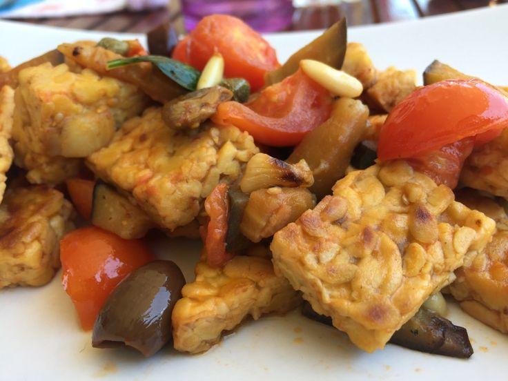 Il tempeh è una valida alternativa al tofu per un secondo piatto molto proteico ma al tempo stesso leggero e ricco di sapore. In questa ricetta ho voluto creare un connubio tra questo alimento dalle origini indonesiane, e degli ingredienti che fanno parte della nostra cucina mediterranea. E' nato un piatto buonissimo, molto veloce e …