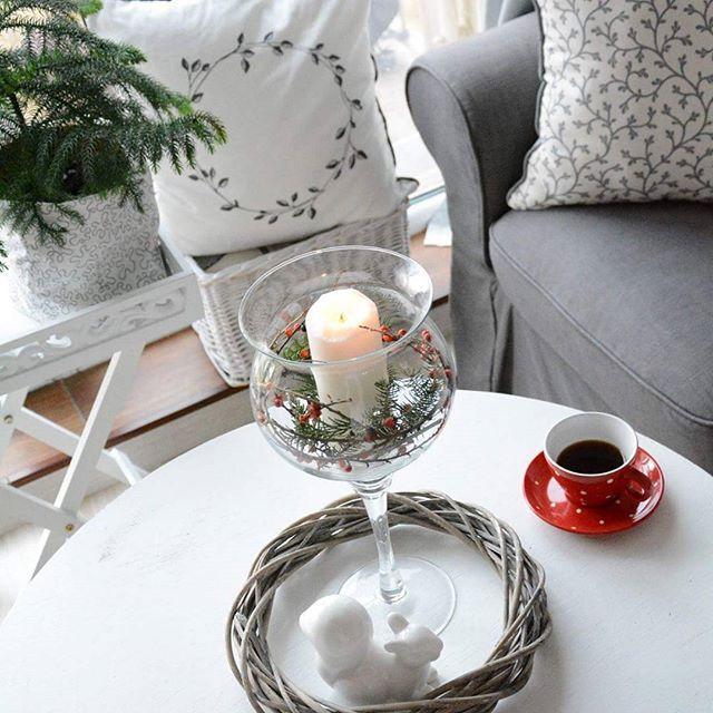 Mała czarna z kroplą czerwieni. A Wy juz po kawie? #coffeetable #coffee #coffeetime #athome #myhome #mykingdom #livingroom #świeca #candle #cushions #pillows #red #ceramic #squirrel #wreath #nakanapie #onthecouch #couch #interiordesign #winterdecorations #winteriscoming #xmas #xmasiscoming #simpledecor #cosyhome #cosyliving #przytulnie
