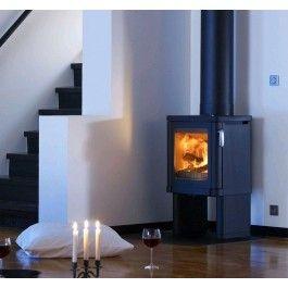 De #Contura 52 is een #houthaard met dichte zijkanten maar met een groot glazenraam aan de voorkant. Verder is de Contura 52 uitgevoerd met heteluchtroosters aan de zijkant om meer warmte de kamer in te krijgen. #Fireplace #Fireplaces #Kampen #Houtkachel #Interieur