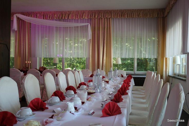 Dekoration zur Hochzeit . Eine Tafel in Rot und Weiß im Panoramasaal im Seeschloss am Bötzsee .