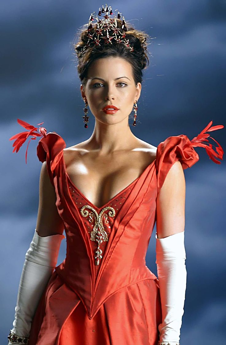 Kate Beckinsale as Anna Valerious in Van Helsing - amazing crown & earrings