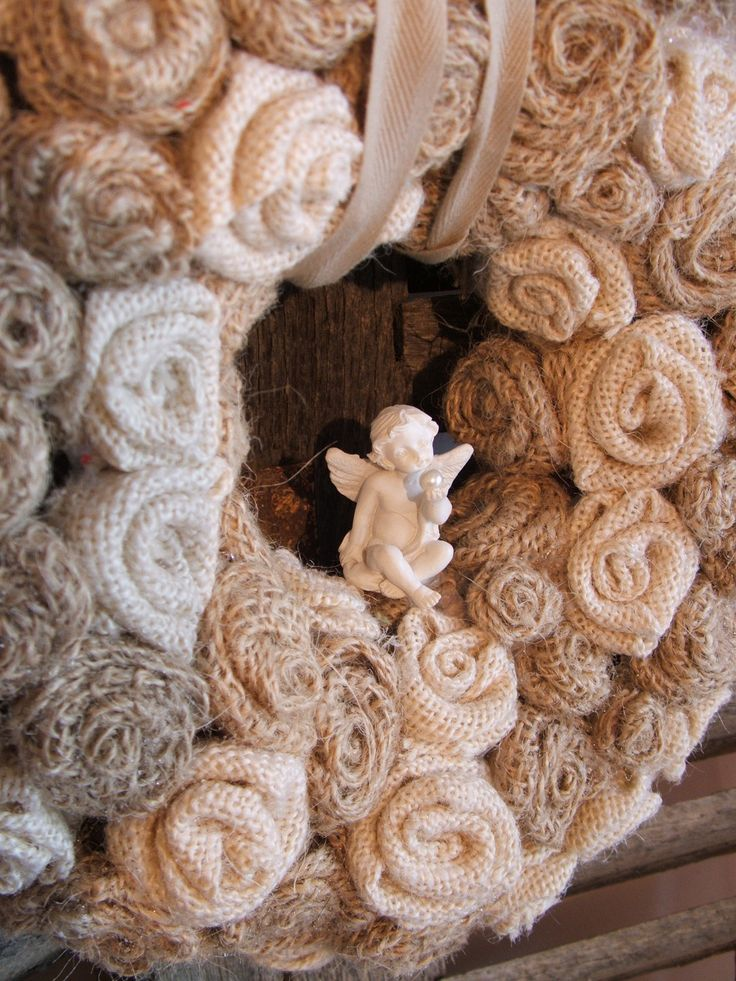 couronne de bienvenue campagne chic en roses toile de jute beige à écru avec son ange : Accessoires de maison par artisannelise