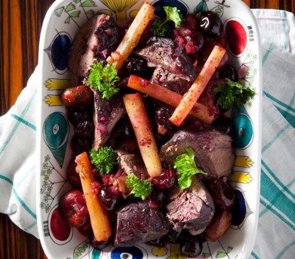Rödvinskokt ren med svartrötter och körsbär | Recept.se