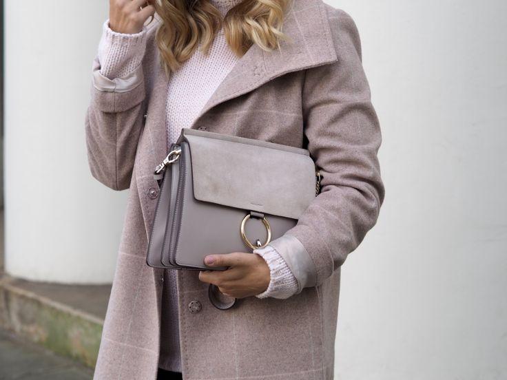 Halli Hallo, was mich an herbstlichen und winterlichen Outfits immer besonders stört ist, die Tristesse, die sich häufig auch in den Looks widerspiegelt. Meist herrschen dunkle Töne wie grau, schwarz und blau vor. Genau deshalb liebe ich das Outfit das ich euch heute zeigen möchte so sehr, denn es bietet eine tolle Alternative an kühleren Tagen trotzdem helle Farben zu tragen. Grade der Mantel hat eine tolle Farbe. Den rosa Teil greife ich mit dem kuscheligen Strickpullover wieder auf. Die…