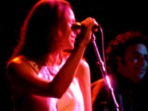 "Minnie Driver ""London Skies"" Joe's Pub NYC Aug '07 - YouTube"