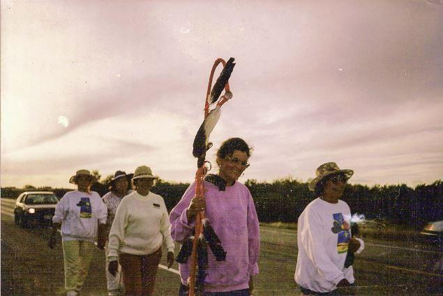 Le mouvement prend de l'ampleur. Plusieurs Premières Nations du Canada et des États-Unis prennent la route pour appuyer leurs frères et soeurs de Kanesatake. Ici, un groupe d'aînées de la Saskatchewan suit la leader métisse Maria Campbell qui dirige la marche pacifique. Elles arriveront à destination en septembre. Photo : auteur inconnu