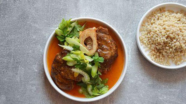 Kus šťavnatého masa k nedělnímu obědu... Co si uvařit třeba hovězí kolínko? Osso buco je sice originálně z telecího, ale tato varianta vám rozhodně zachutná!