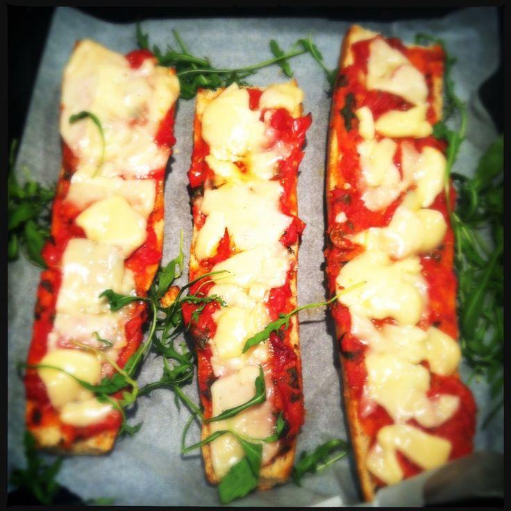 Ik maak deze Italiaanse sandwich graag als er familie of vrienden met kinderen komen eten. Kids LOVE it!! AND ME TOO. Schenk een klein beetje olijfolie in e