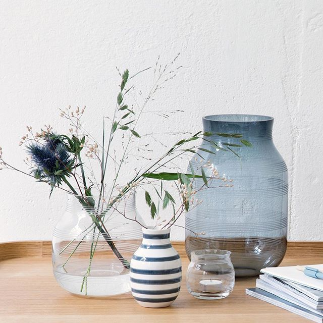 Create a beautiful contrast with a combination of the new Omaggio vases in mouth-blown glass with designs in elegant ceramic! For more inspiration on how to use the Omaggio glass vases, go to our website! #Kähler #KählerOmaggio #GlassVase #Design #Ceramic