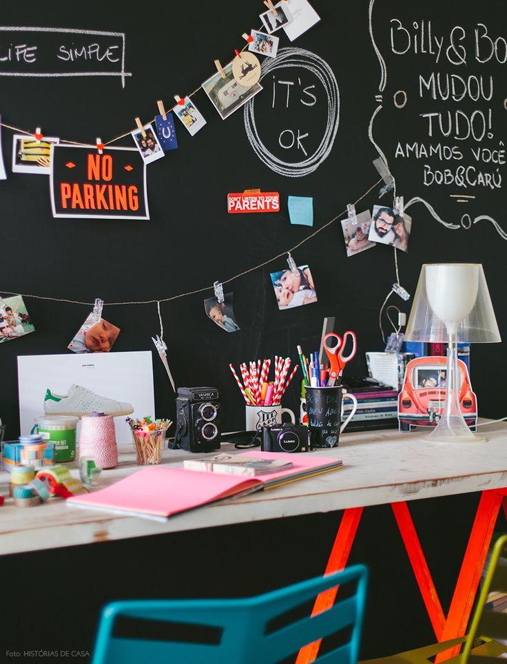 Inspiração para o home office: parede de lousa e mini varal para fotos e recadinhos.
